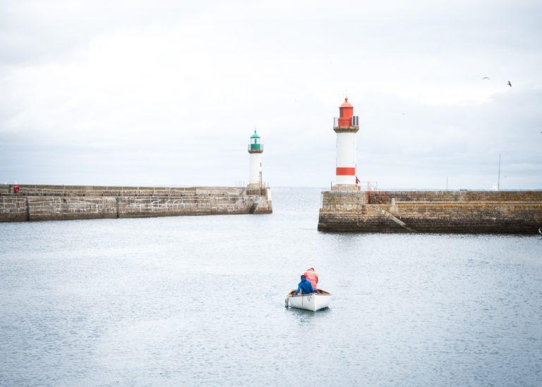 canot prame face aux 2 phares à l'entrée de Port-Tudy à l'ile de Groix