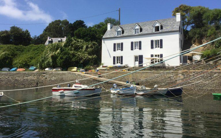 Amarres de bateaux au petit port à Groix, Port-Lay