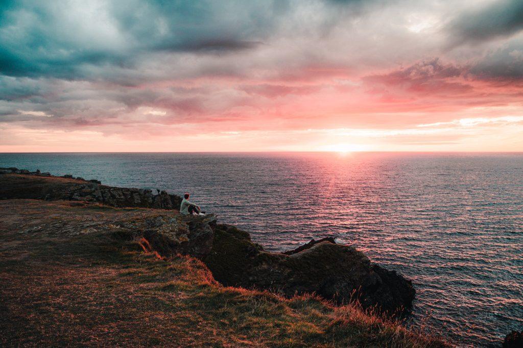 Soleil levant sur la mer, vue des falaises de l'île de Groix