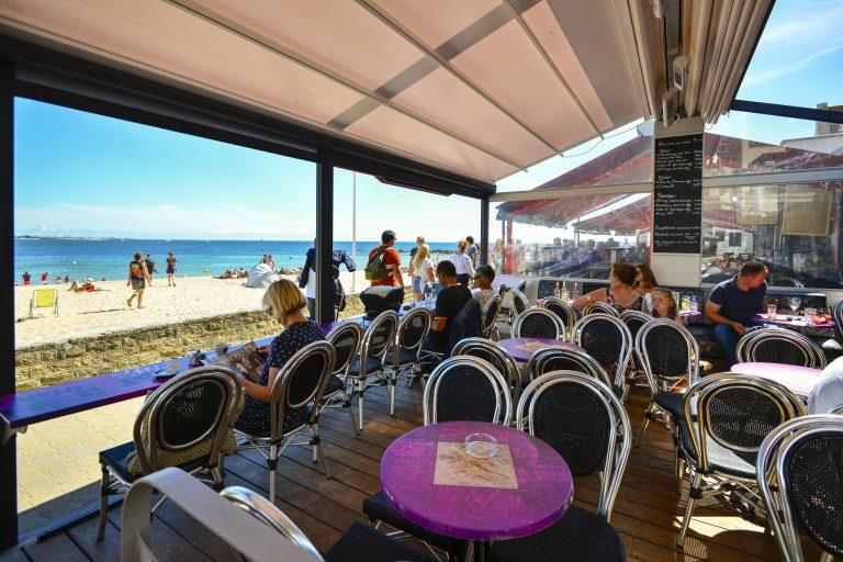 Terrasse de restaurant face à la mer à Port-Maria, Larmor-Plage