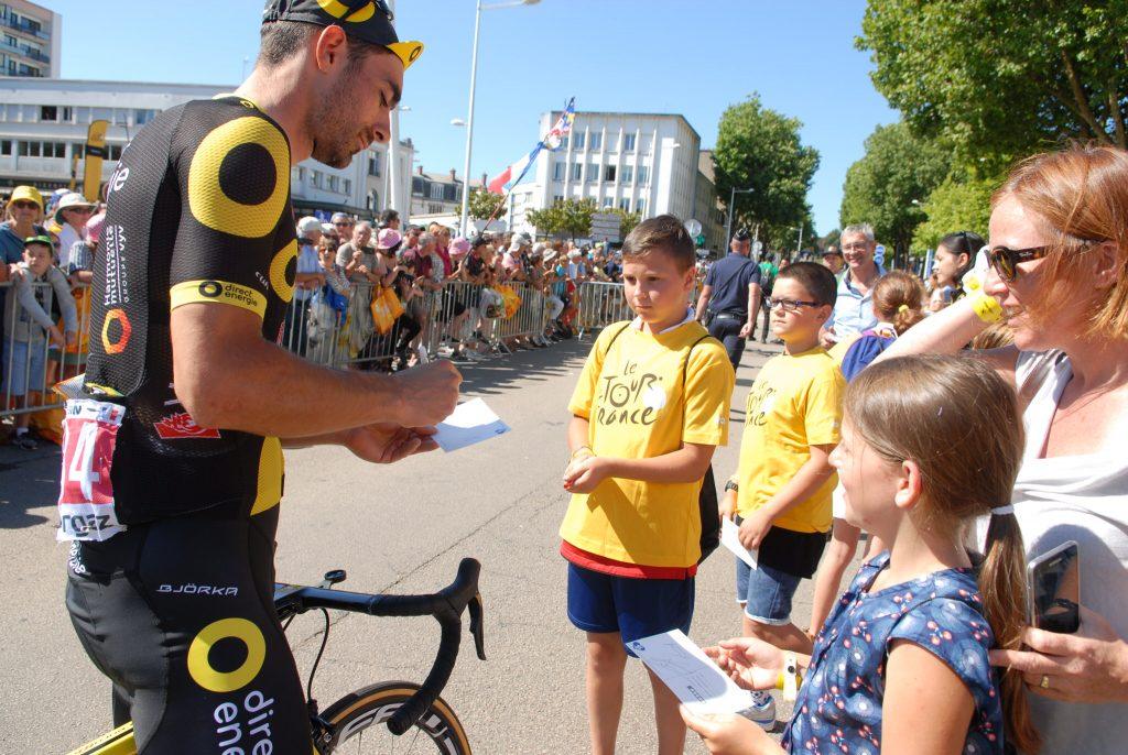 Séance d'autographe avec un coureur durant le Tour de France en 2018 à Lorient.