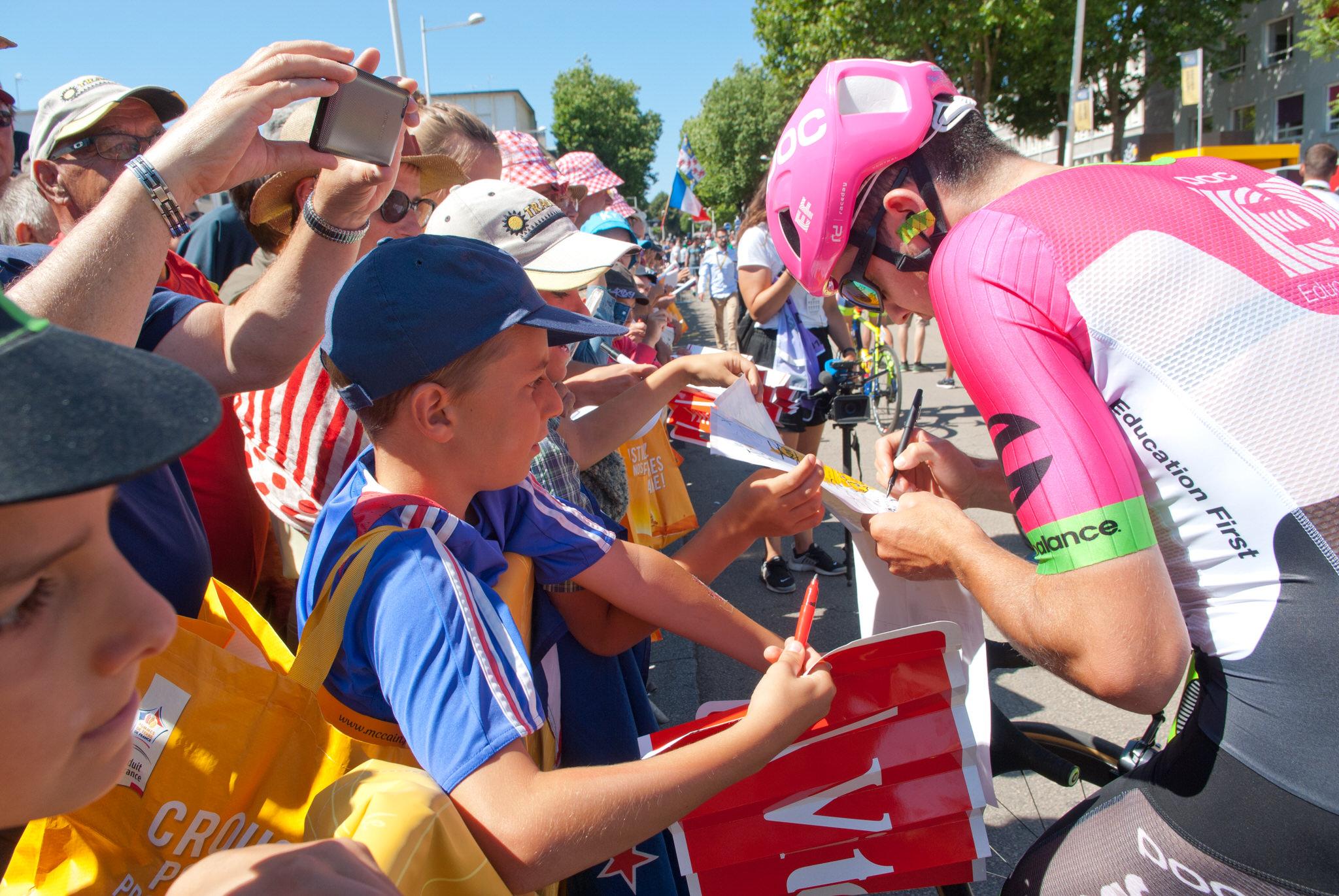 Séance d'autographe avec les coureurs durant le Tour de France en 2018 à Lorient.