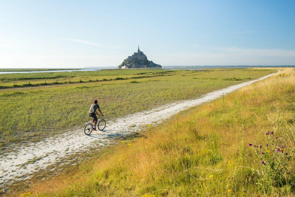 Vue sur Le Mont Saint Michel d'un sentier vélo