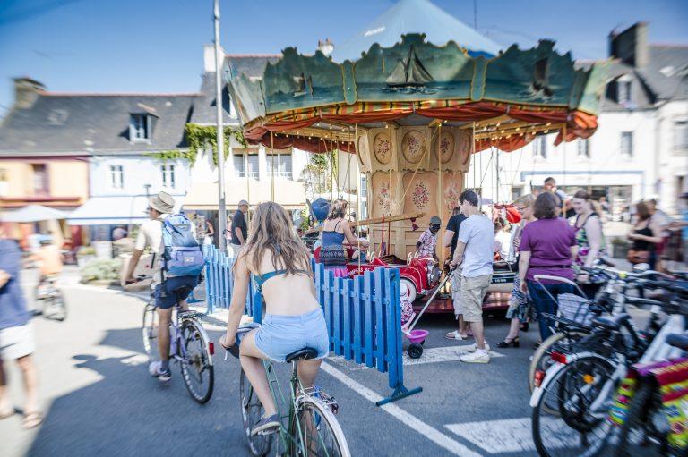 Cyvlistes, balade à vélo et manège dans le bourg de l'ile de Groix