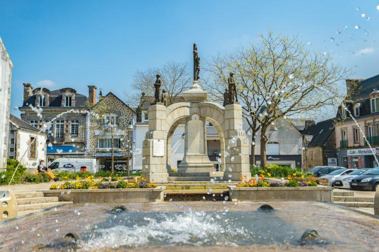La fontaine dans le bourg de Plouay près de l'église.