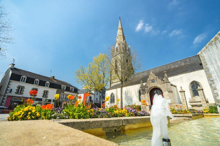 La fontaine, l'église dans le bourg de Plouay.