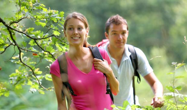Couple en randonnée en campagne à Lorient Bretagne Sud.