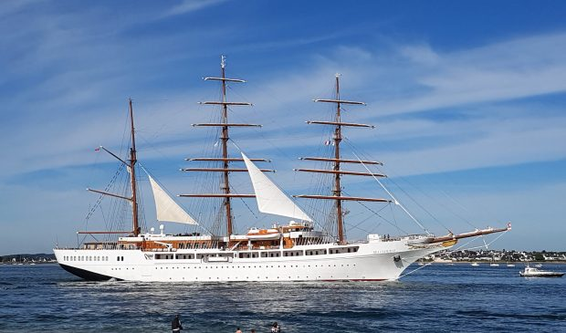 Le bateau de croisière Sea Cloud sort de la rade de Lorient.