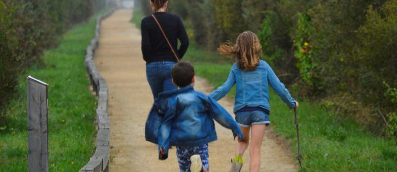 Locmiquélic, famille se promenant sur un sentier au milieu de la réserve de Pen Man
