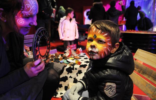 Ateliers maquillage pour enfants à l'occasion des animations de Noël.