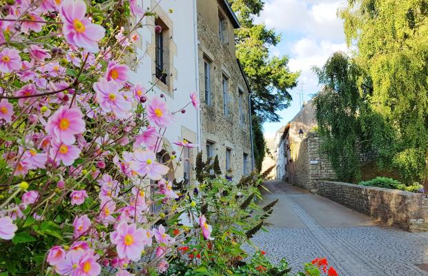 Hennebont, la ville close avec fleurs devant les façades