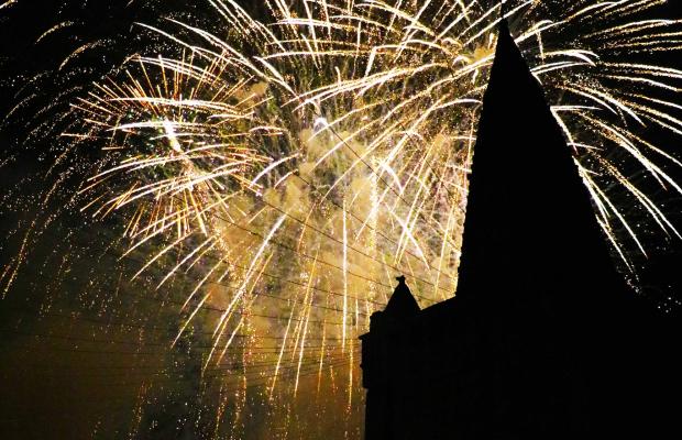 Feu d'artifice avec vue sur l'église Notre Dame de Larmor de nuit à Larmor-Plage