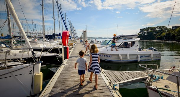 ©E.Lemée. Locmiquélic, enfants se promenant sur un ponton du port de Pen Mané