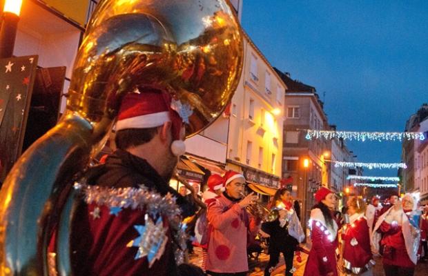 """Parade dans les rues de Lorient à l'occasion de """"Noël sous les étoiles""""."""