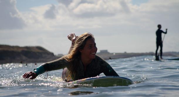 Une surfeuse à guidel plage