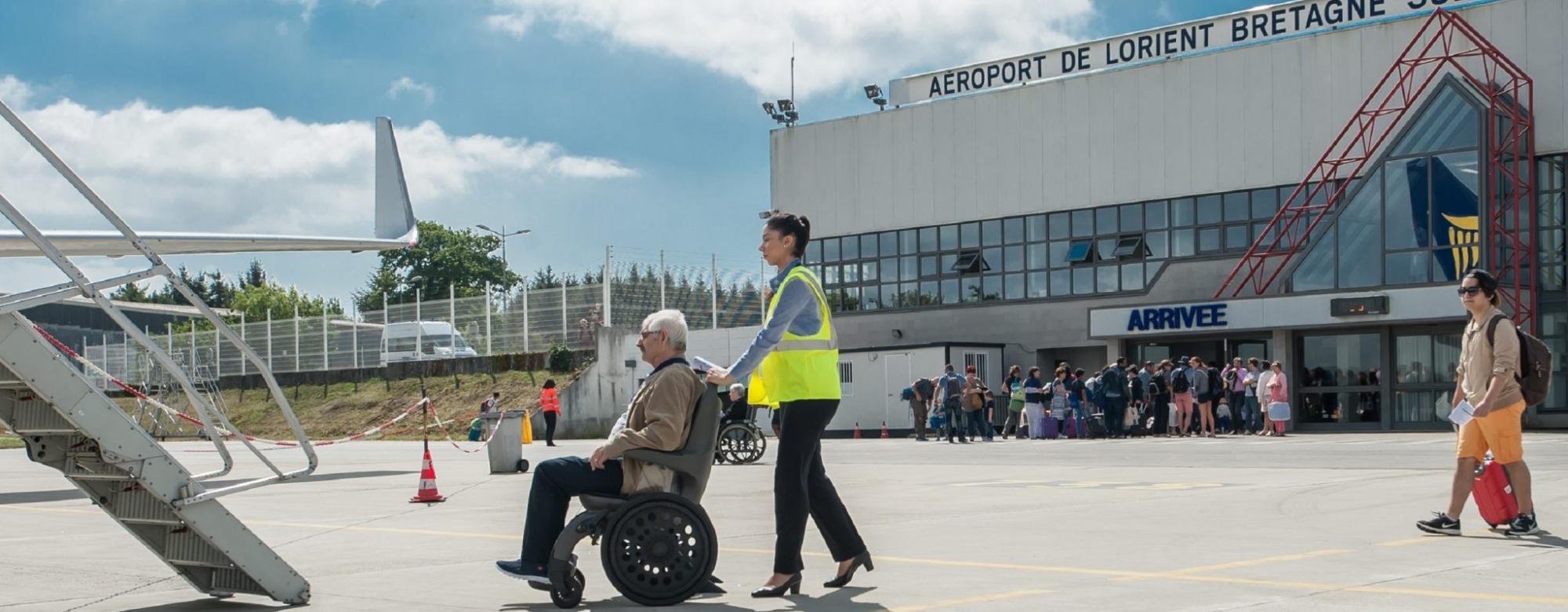 Prise en charge d'une personne en fauteuil roulant à l'aéroport de Lorient Bretagne Sud à Ploemeur