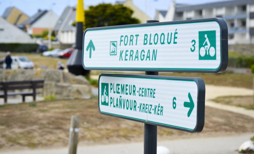 Ploemeur, panneaux signalétiques entre les voies vertes des kaolins et du littoral