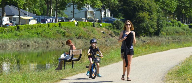 Balade à pied et à vélo le long du chemin de halage, à Hennebont.