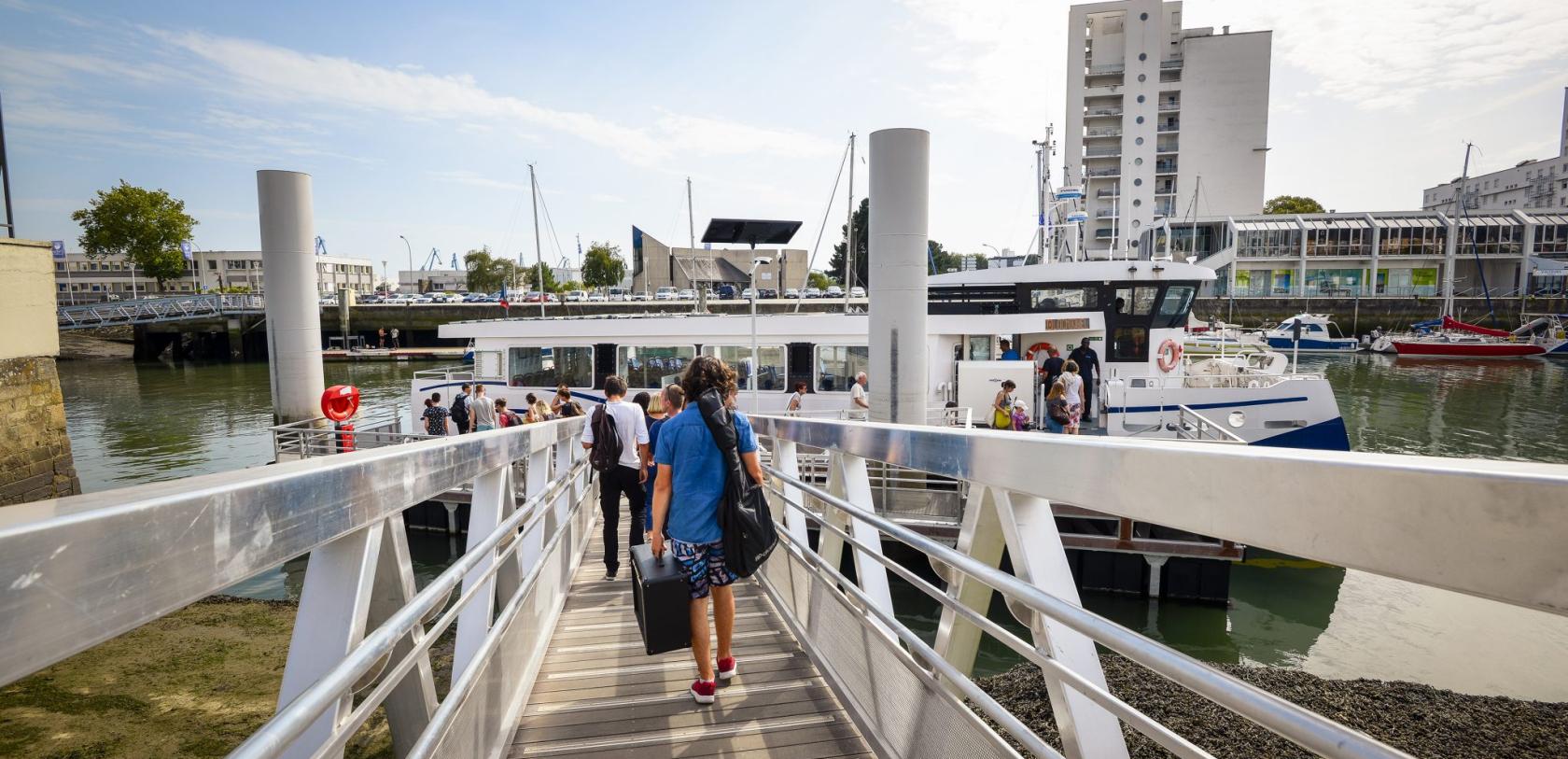 Lorient, embarquement pour le bateau-bus