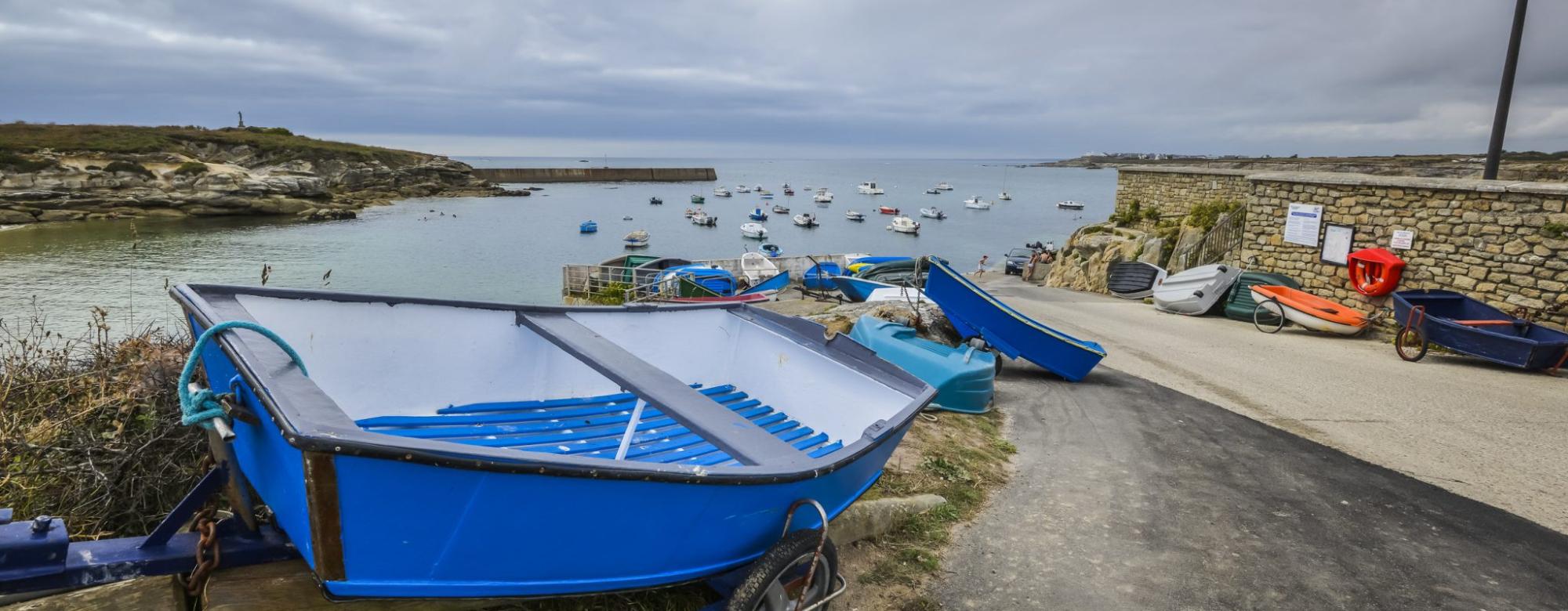 Le petit port pittoresque de Kerroch à Plœmeur. En contrebas, une charmante plage !