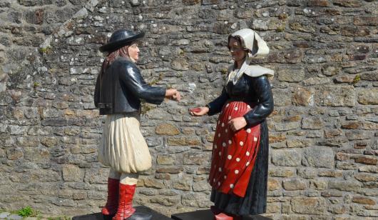 Lanester, statues originales du bonhomme et de la bonne femme des piliers du pont du Bonhomme