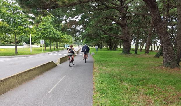 Couple à vélo sur la voie verte de Larmor-Plage