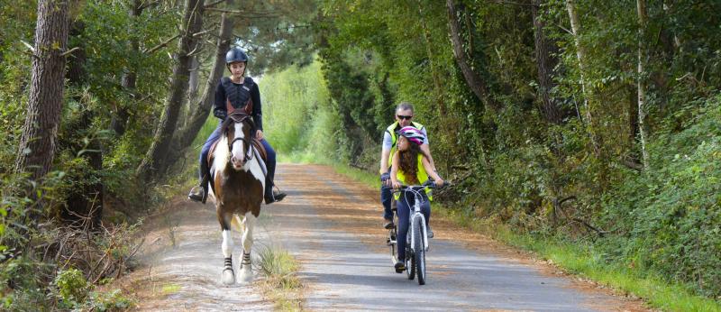 Balade à cheval et à vélo sur la voie verte des Kaolins.
