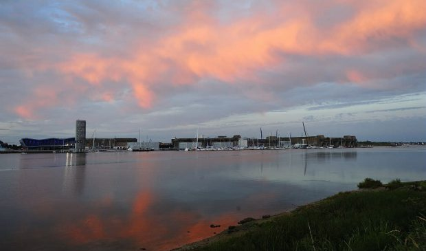 La cité de la voile Eric Tabarly au soleil couchant à Lorient.