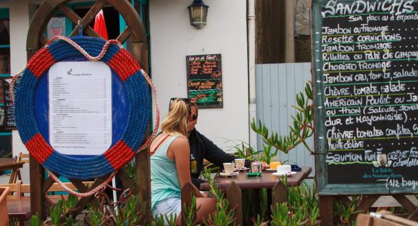 Petit café en terrasse sur l'Ile de Groix