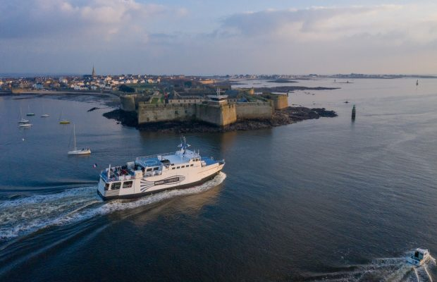 © Thomas DEREGNIEAUX. Bateau pour l'île de Groix devant la Citadelle de Port-Louis.