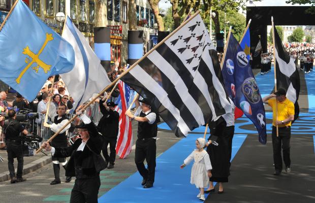 Lorient, drapeaux pendant la grande parade du festival interceltique