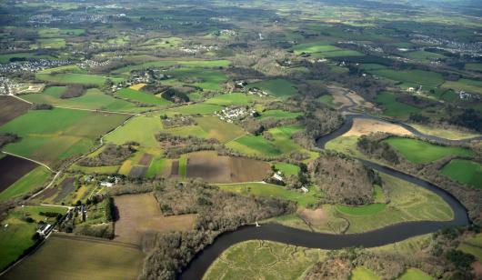 Vue aérienne de la campagne, du Scorff et du Scave à Quéven