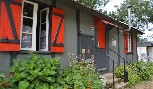 Plœmeur, baraque américaine rénovée avec ses volets rouges dans l'ancienne cité de Soye