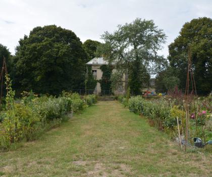 Plœmeur, vue sur le potager dans les jardins partagés du domaine de Soye.
