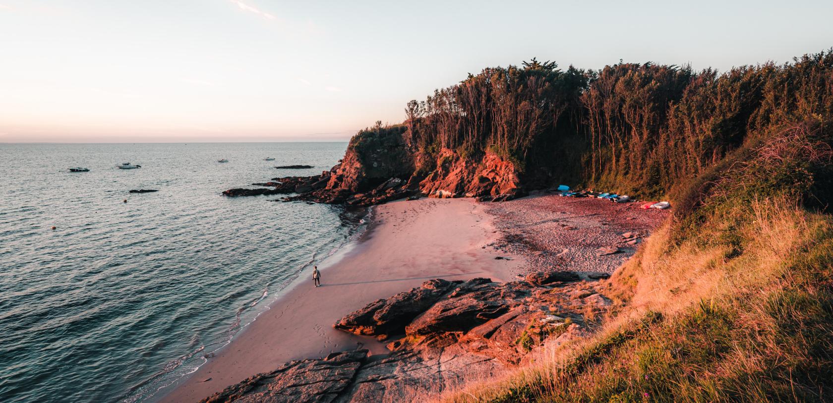 Lever de soleil sur la plage des sables rouges à Groix