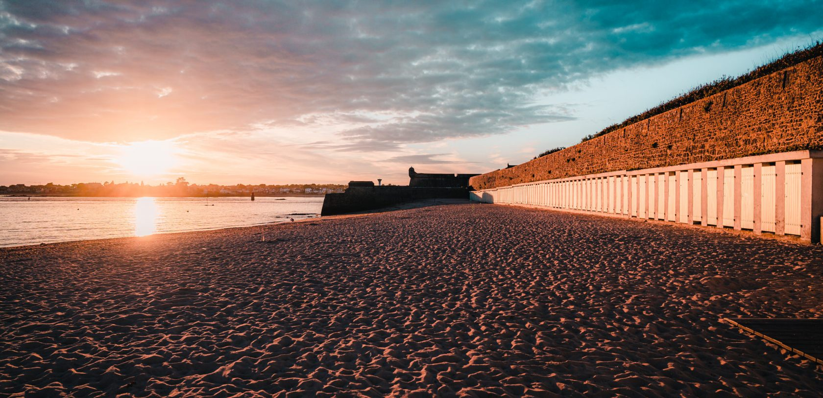 Port-Louis, coucher de soleil sur la grande plage avec ses cabines