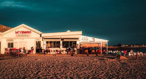 coucher de soleil sur la plage des Pâtis et sa terrasse sur la plage
