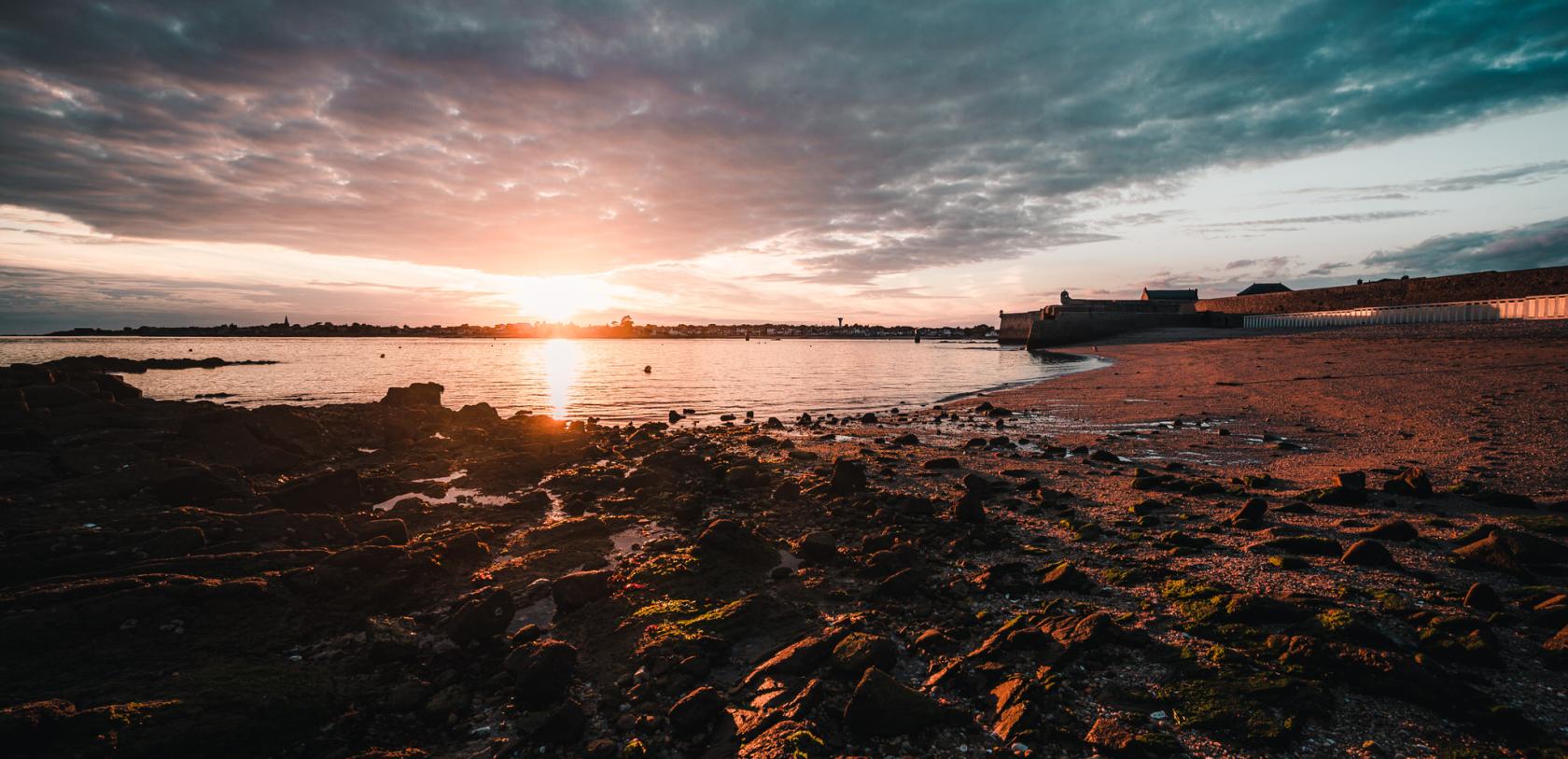 coucher de soleil sur la plage des Pâtis à Port-Louis