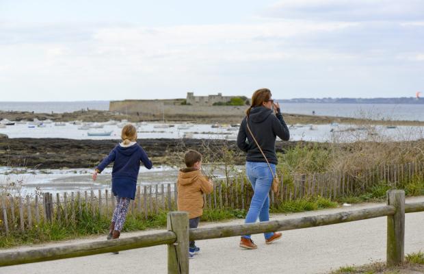 Famille en balade sur la voie vert du littoral à Ploemeur
