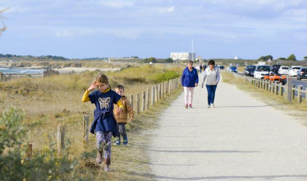 Enfants sur la voie verte du littoral à Ploemeur