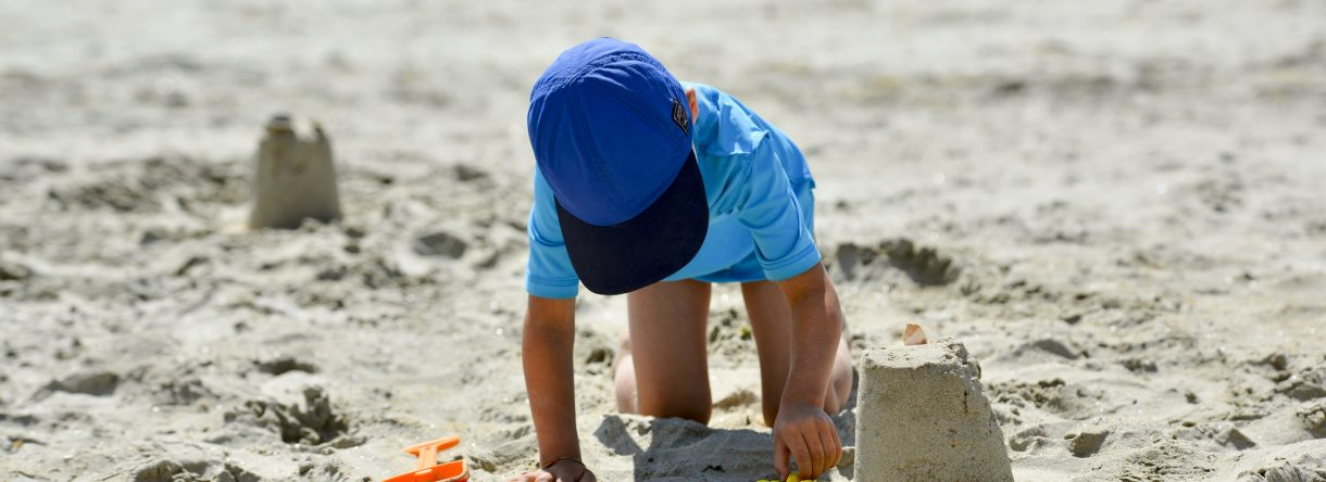 Larmor-plage, château de sable et enfant sur la plage de la Nourriguel..
