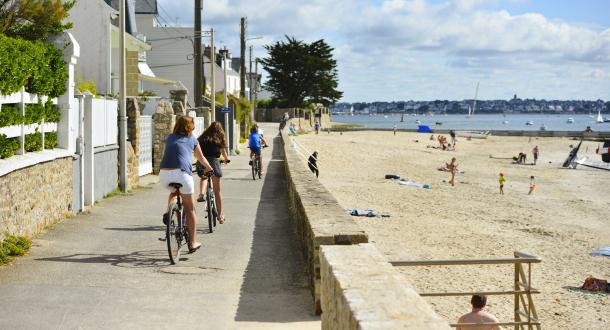 Larmor-Plage, vélos en famille sur la promenade à proximité de la plage de la Nourriguel.