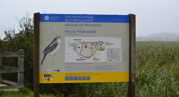 Locmiquélic, panneau d'information à la réserve de Pen Mané
