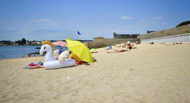 Jeux sur la grande plage de sable à Port-Louis