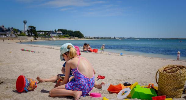 Enfants jeux sur la plage de la cote rouge de Port-Louis Morbihan