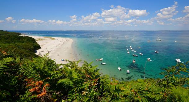 Ile de Groix, plage des Grands Sables vue du sentier côtier.