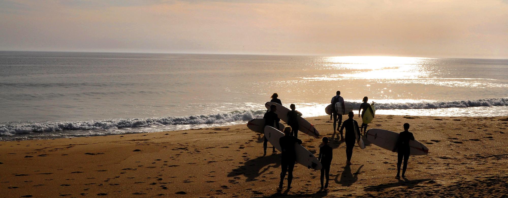 © Amandine PICARD - Ecole de surf au coucher de soleil au Fort Bloqué