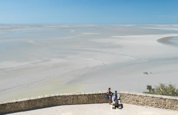 Le Mont St-Michel, vue depuis le M St Michel sur sa baie à marée basse