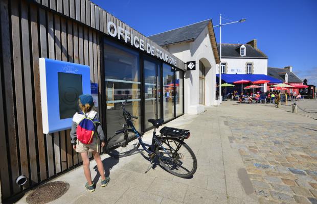 le de Groix, devant l'Office de Tourisme à Port-Tudy