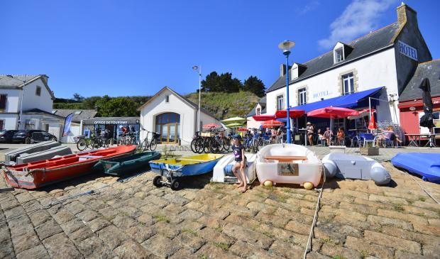 Ile de Groix, annexes de bateaux sur la cale à Port-Tudy